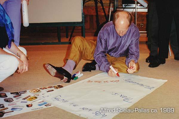 PALLAS-Seminare - Alfred Stielau-Pallas signiert ein ersteigertes Flipchart Blatt