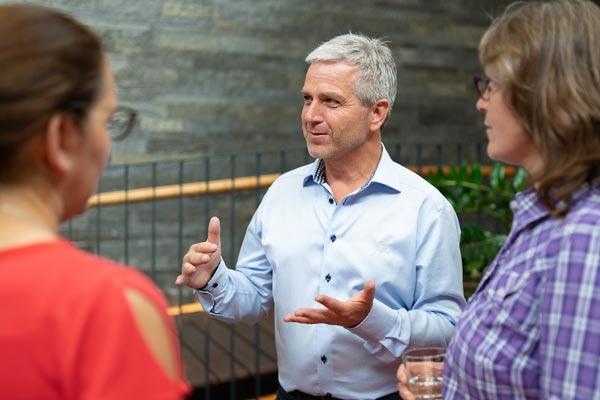 Nikolaus Graser - Seminarleiter der PALLAS-Seminare mit Teilnehmern