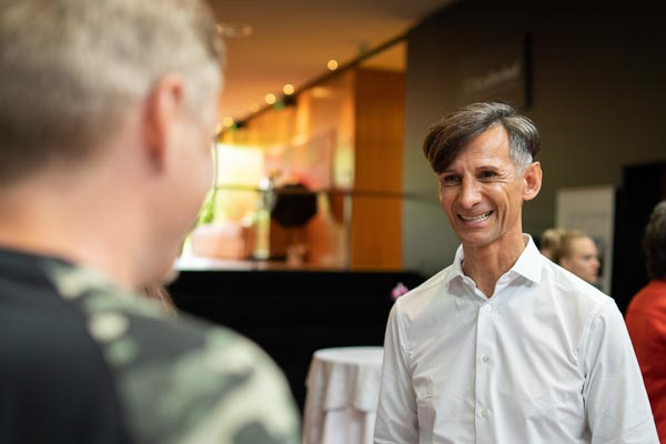 Robert Stark - Seminarleiter der PALLAS-Seminare mit Teilnehmern