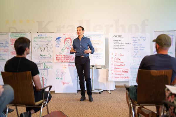 Andreas Sigel - Seminarleiter der PALLAS-Seminare vor einer Seminargruppe