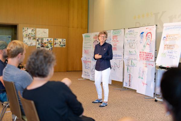 Doris Endreß - Seminarleiterin der PALLAS-Seminare vor einer Seminargruppe